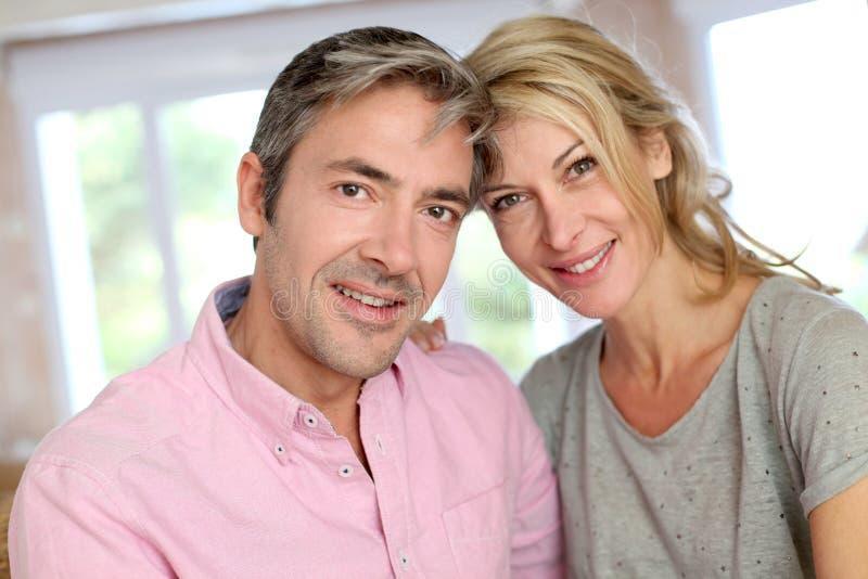 åldriga par älskar mitten royaltyfri bild
