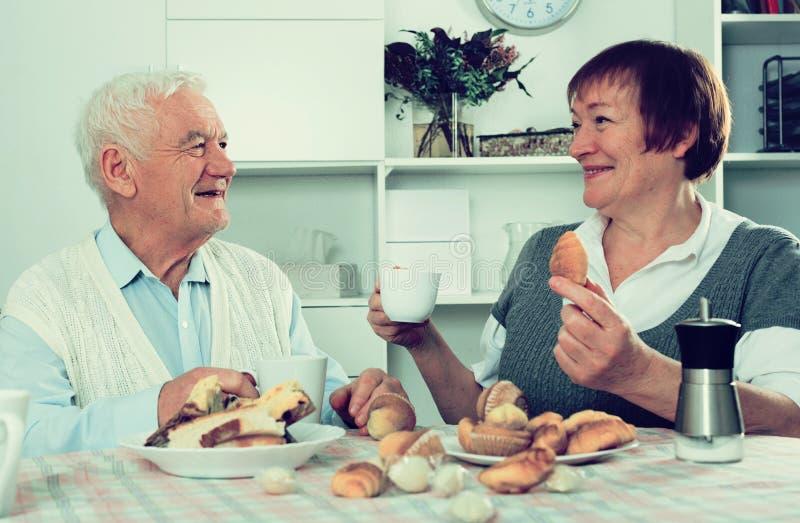 Åldriga par som tycker om afton arkivbild