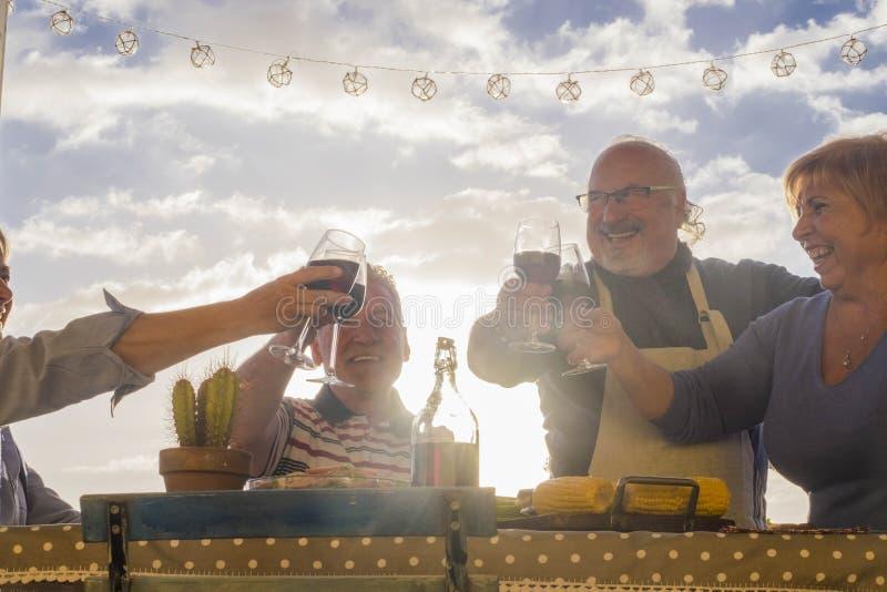 Åldriga pensionerade vänner som har jubel med utomhus- vin fotografering för bildbyråer