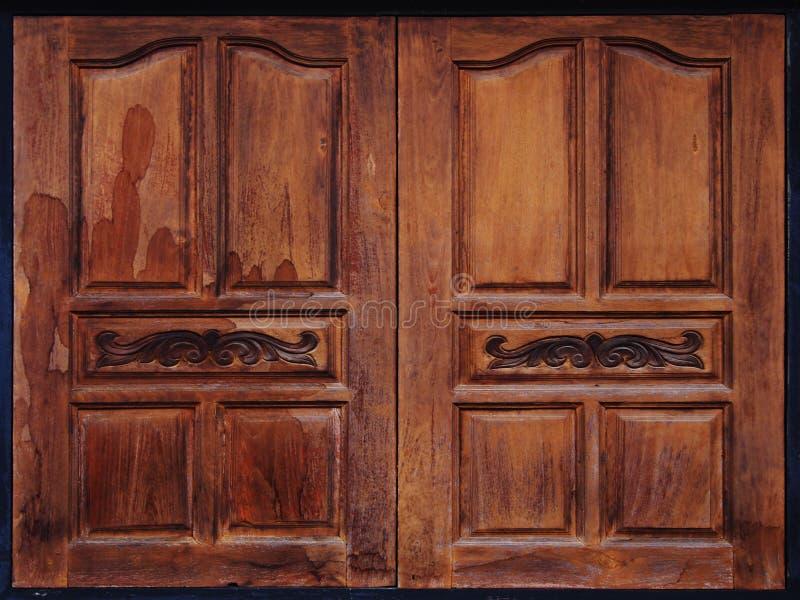 Åldriga red ut träfönsterslutare royaltyfria foton