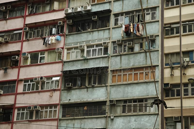 Åldriga slumkvarterenheter på höga löneförhöjninglägenheter i centrala Hong Kong arkivfoton