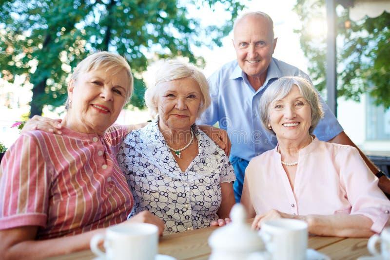 Åldriga vänner royaltyfri bild