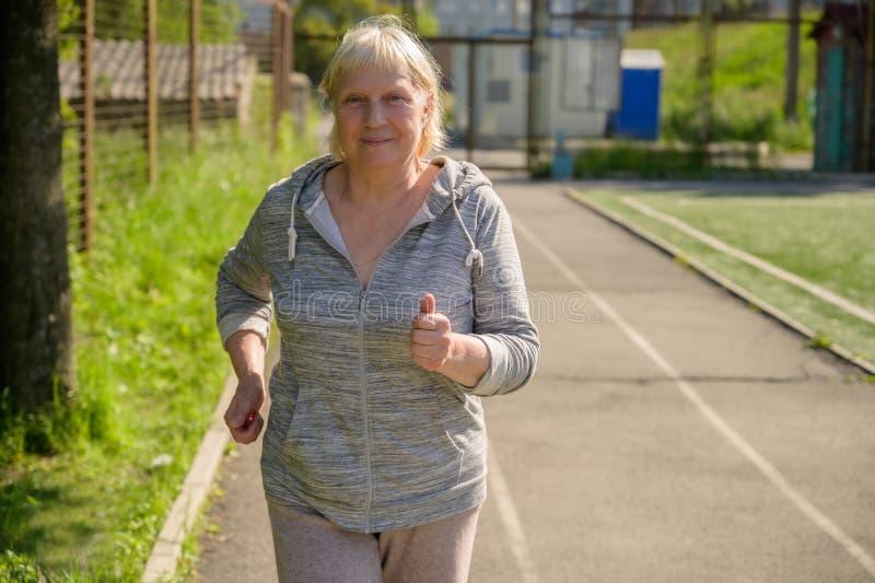Åldrigt jogga för kvinna royaltyfri bild