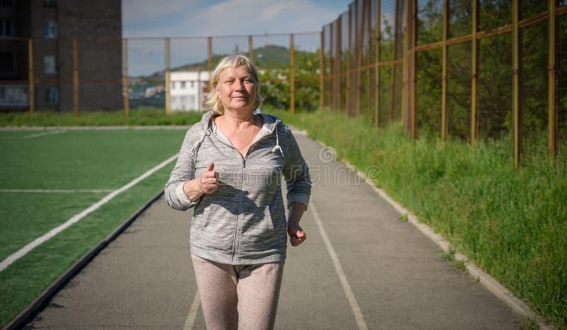Åldrigt jogga för kvinna royaltyfri fotografi