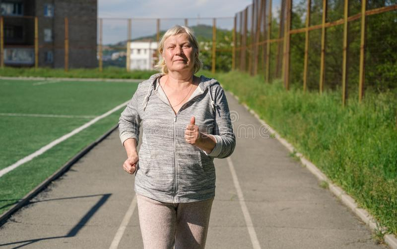 Åldrigt jogga för kvinna arkivbilder