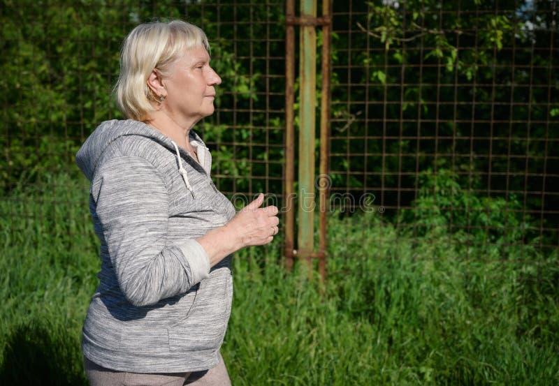 Åldrigt jogga för kvinna royaltyfria bilder