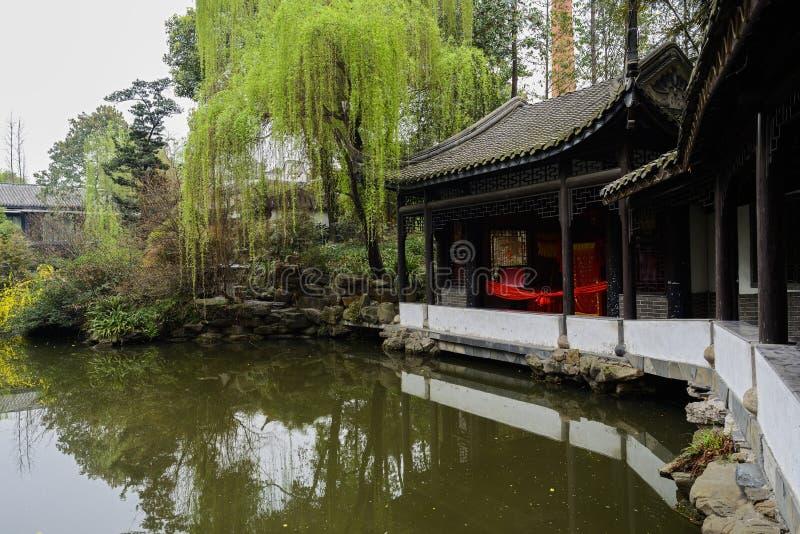 Åldrigt kinesiskt galleri vid vatten i vår royaltyfri foto