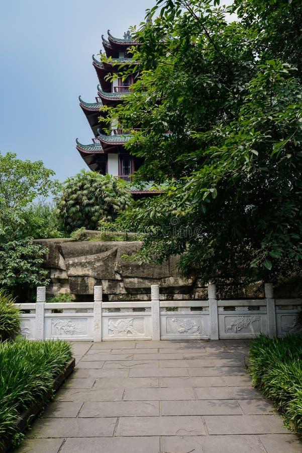 Åldrigt kinesiskt torn i solig sommarhimmel royaltyfria bilder