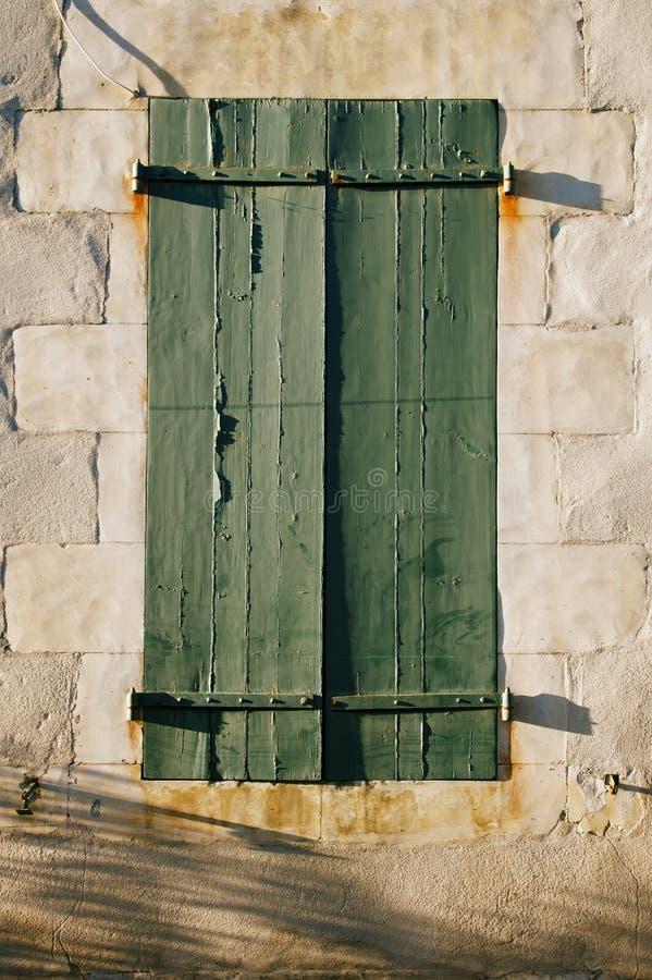Åldrigt målat träfönster som ridas ut naturligt royaltyfri bild