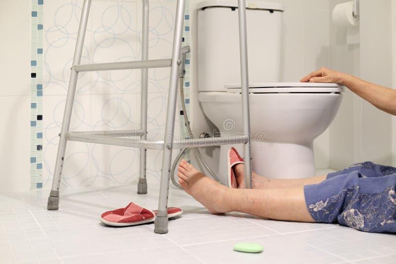 Åldring som faller i badrum, därför att halt arkivfoton