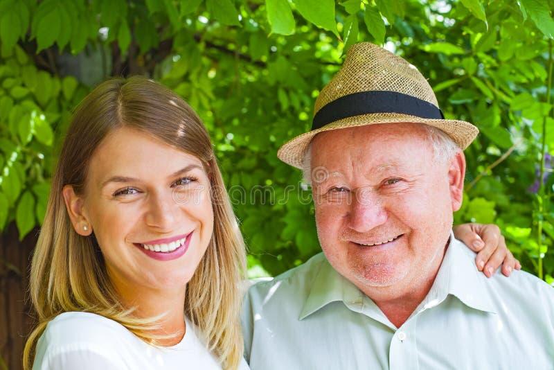 Åldringen att bry sig utomhus- fotografering för bildbyråer