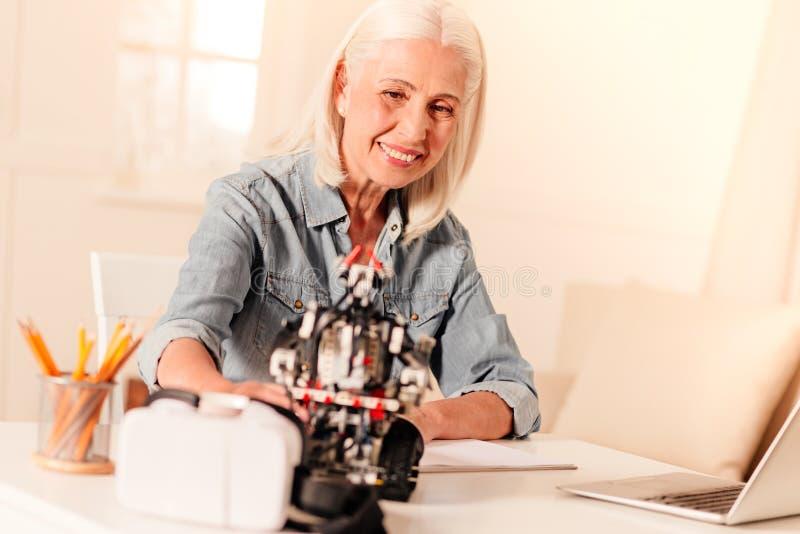 Åldringen iscensätter att undersöka den nyligen konstruerade roboten arkivfoto