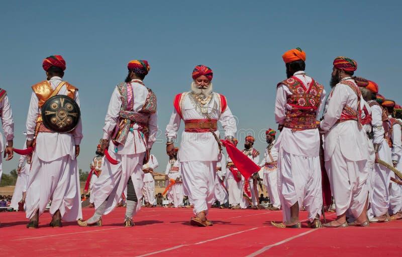 Åldringen uppsökte män i retro dräkter av Rajasthan arkivfoto