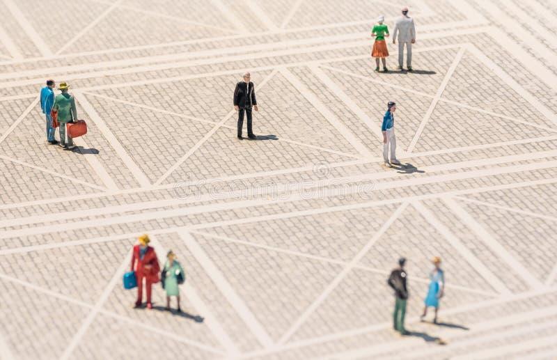 Åldringminiatyr - ensam man som står borttappad i folkmassan royaltyfri foto