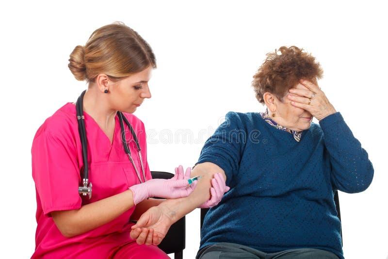 Åldringomsorg - injektion arkivbild
