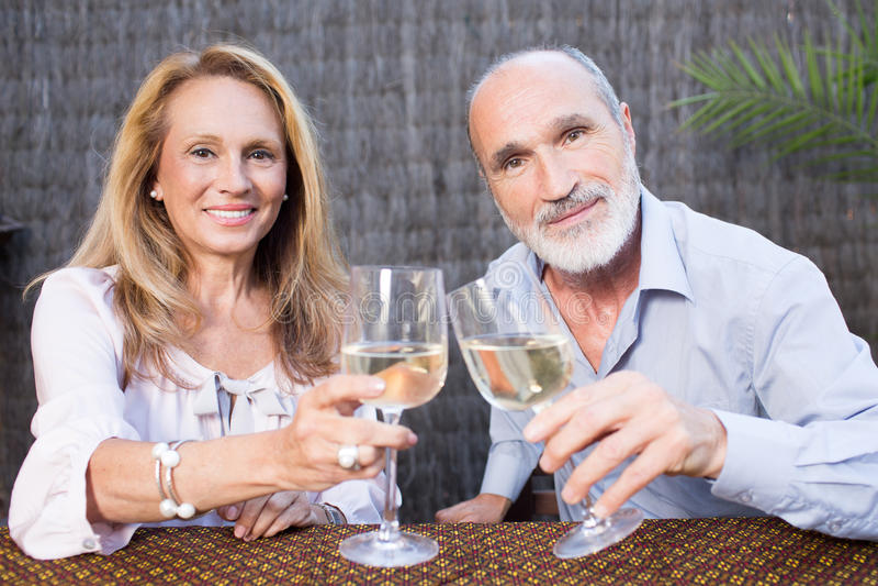 Åldringpar med vin royaltyfri foto