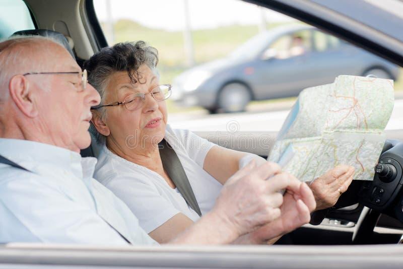 Åldringpar som kör frun som pekar till översikten arkivbilder
