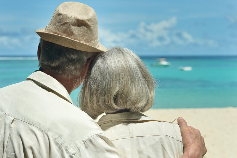 Åldringpar vilar på den tropiska semesterorten royaltyfri fotografi