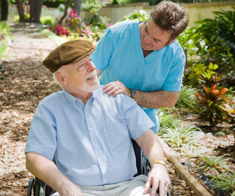 åldringsjuksköterskatålmodig royaltyfri foto