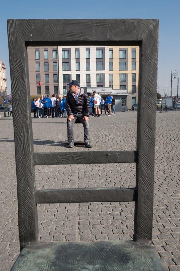 Åminnelseminnesmärke till deporterade judar: konstinstalltheation av tomma stolar i fyrkanten i den judiska gettot i Cracow Polen arkivfoto