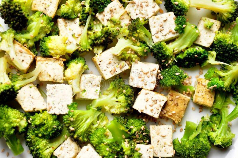 Veganmat: ångad broccoli och tofumaträtt royaltyfria foton