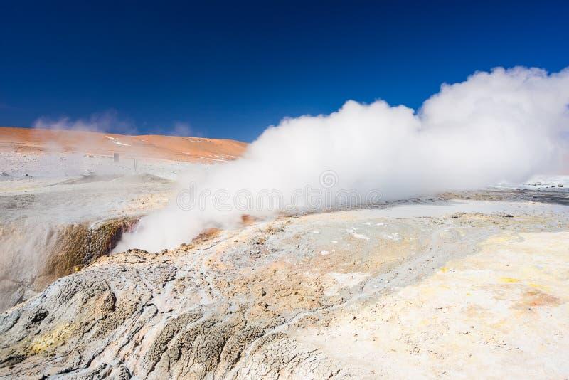 Ånga geyseren på Anderna, Bolivia royaltyfria bilder