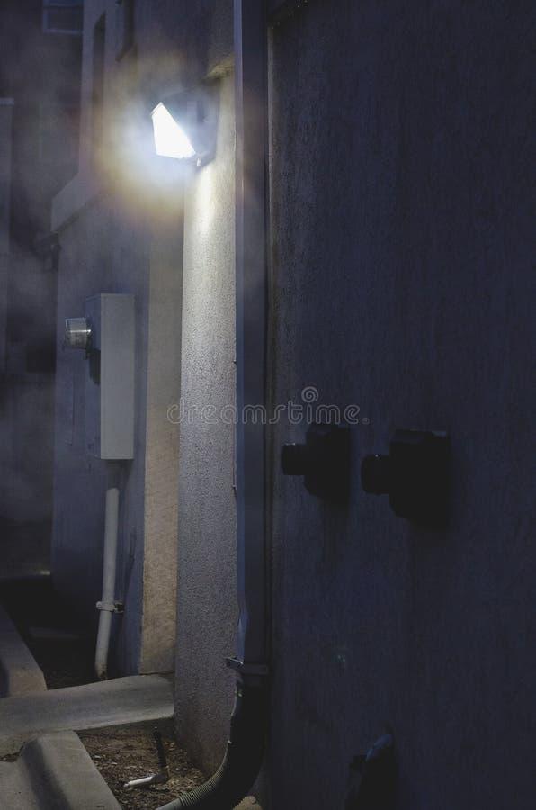 Ånga i den mörka bakgatan royaltyfri bild