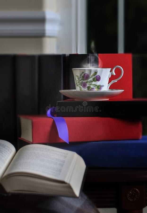Ånga kopp te och böcker 2 arkivbild