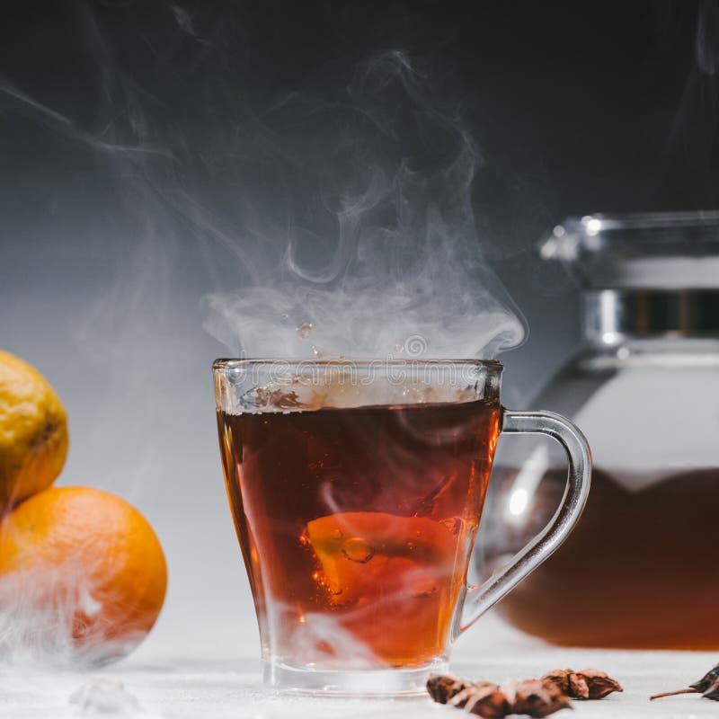Ånga koppen av kryddigt svart te arkivfoton