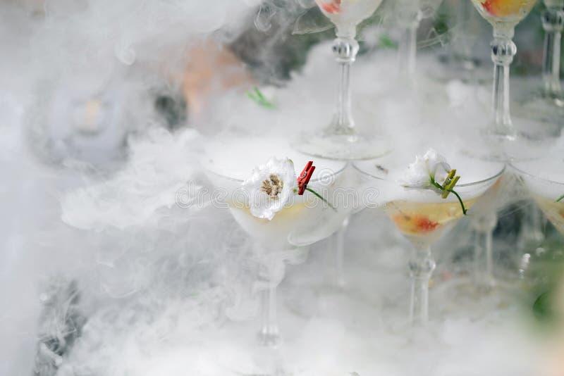 Ånga pyramiden av exponeringsglas för champagne fotografering för bildbyråer