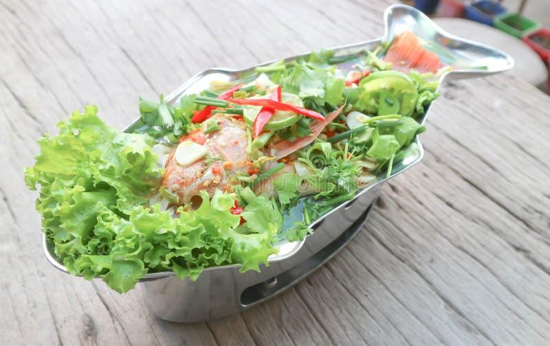 Ångad fisk med grönsaken royaltyfri fotografi