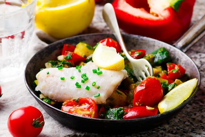 Ångad fiskfilé med grönsaker arkivfoto