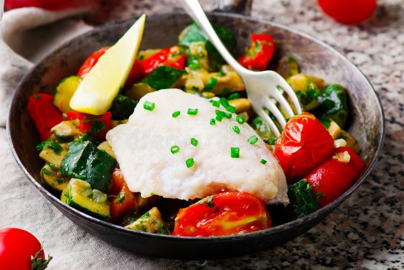 Ångad fiskfilé med grönsaker arkivfoton
