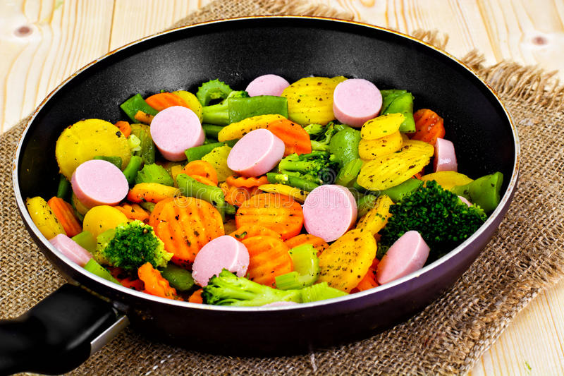 Ångad grönsakpotatisar, morötter och broccoli med korvar royaltyfria foton