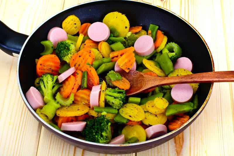 Ångad grönsakpotatisar, morötter och broccoli med korvar royaltyfri foto