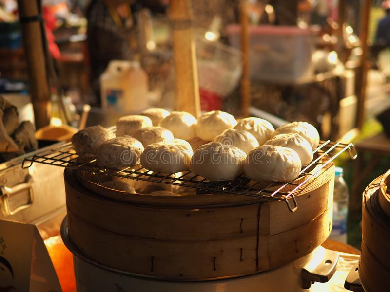 Ångad kinesisk materialbulle i den wood korgen royaltyfri bild