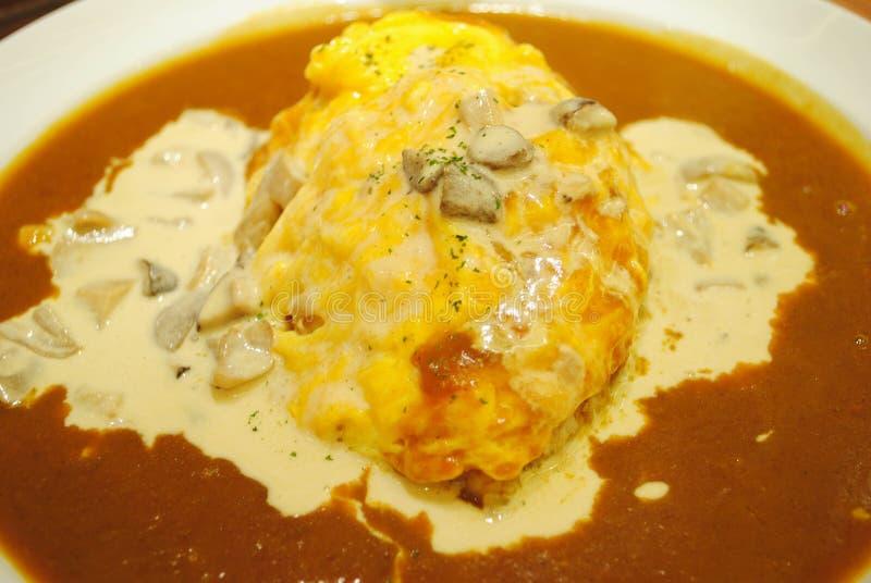 Ångad rice som överträffas med omelett- och currysoup royaltyfri foto