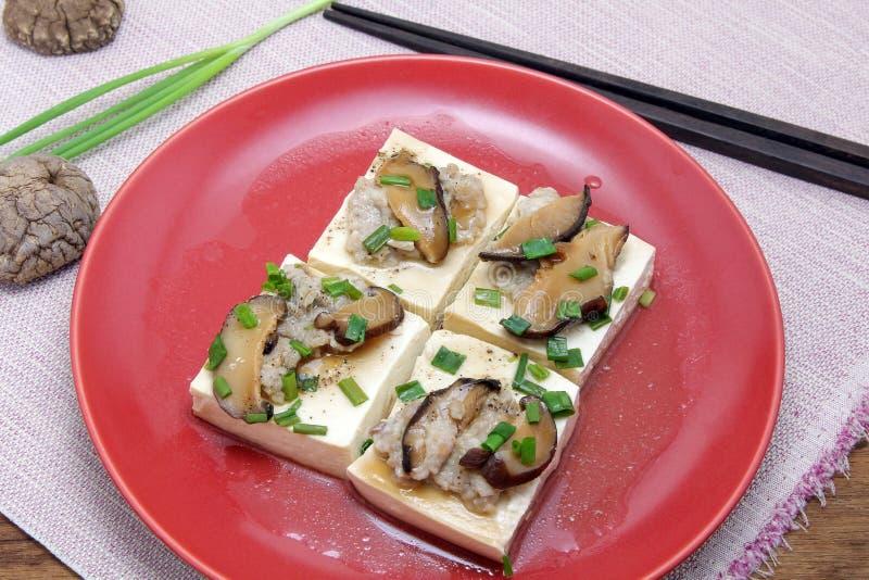 Ångad tofu med den finhackade griskött och champinjonen i ostronsås, kinesisk kokkonst royaltyfri fotografi