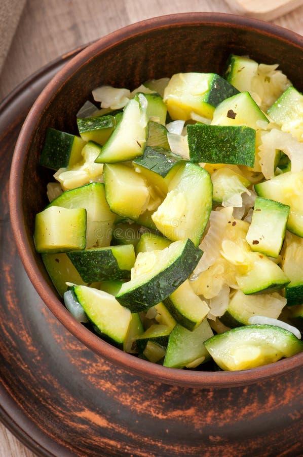 Ångad zucchini med kryddor royaltyfri foto