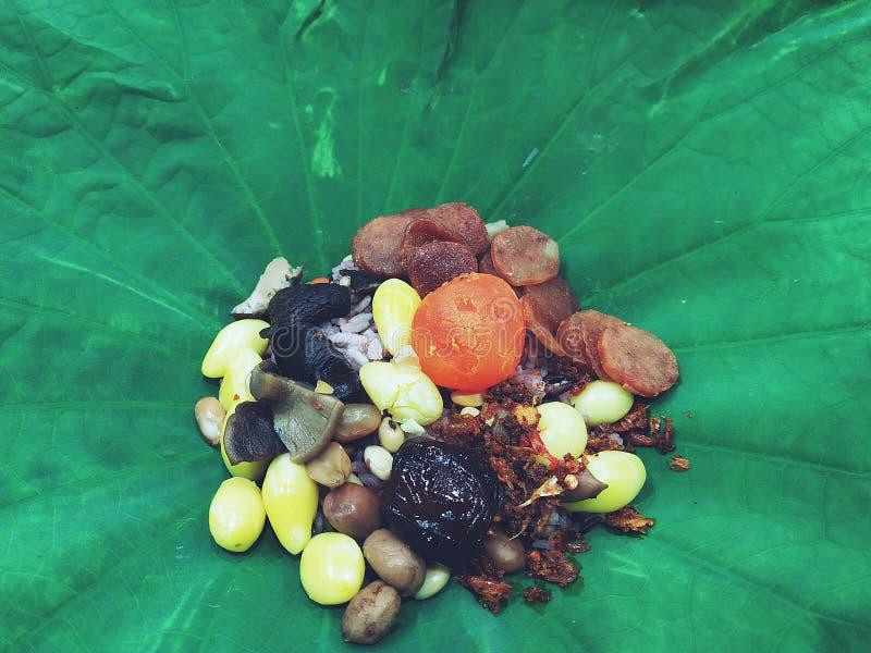 Ångade Fried Rice i det Lotus Leaf slutet upp royaltyfria bilder