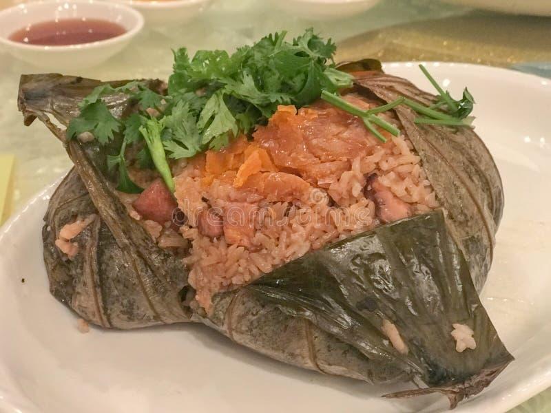 Ångade Fried Rice i Lotus Leaf arkivfoton