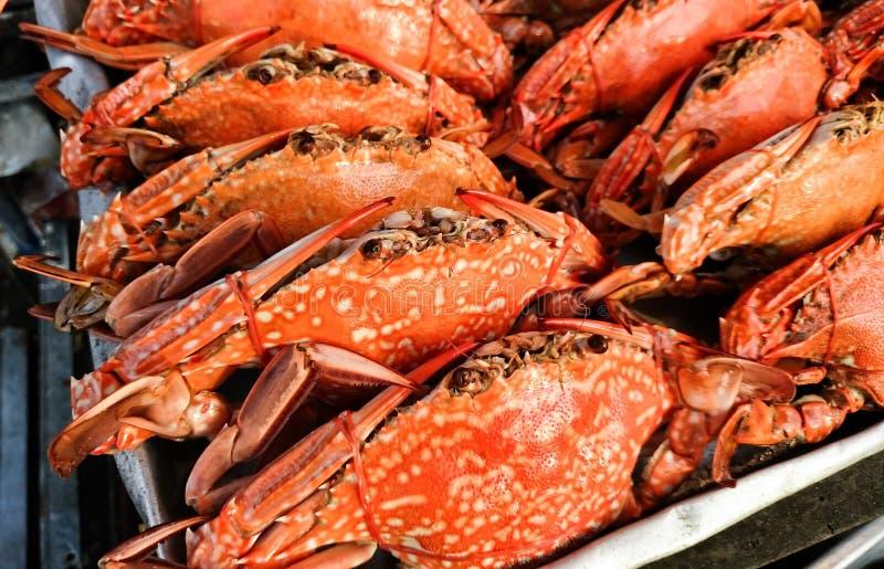 Ångade krabbor i en fiskmarknad royaltyfri bild