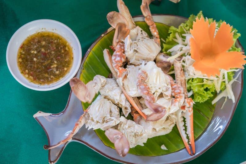 Ångade krabbor med sallad och thailändsk kryddig sås arkivbild