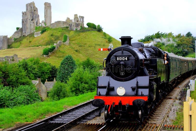 Ångadrev som passerar den Corfe slotten royaltyfria foton