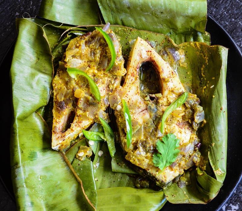 Ångafisk Ilish som lagas mat i bananblad fotografering för bildbyråer