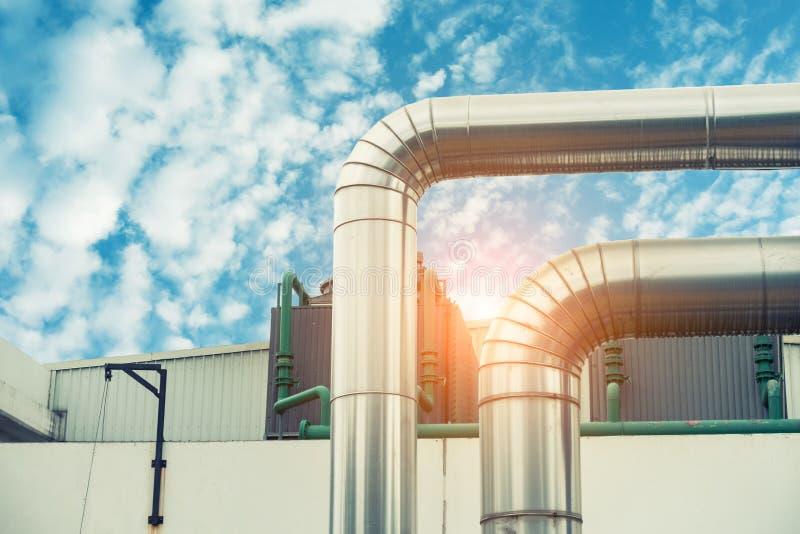 Ångaisoleringsrörledning på hörnet , Ångarörledning arkivbild