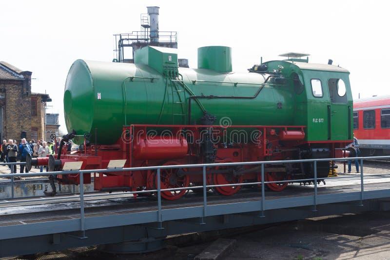 Ångalokomotiv FLC-077 (Meiningen) på den järnväg skivtallriken royaltyfria bilder