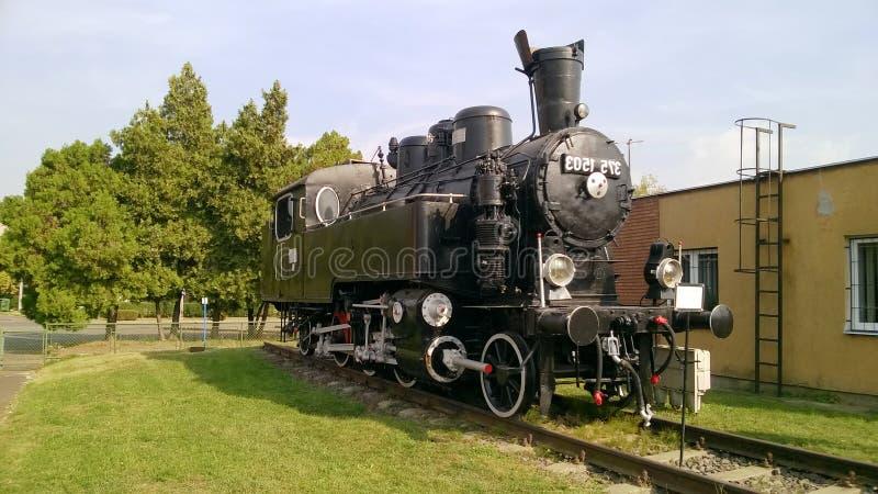 Ångalokomotiv med vita hjul Retro lokomotiv på stänger svart lokomotiv royaltyfria bilder