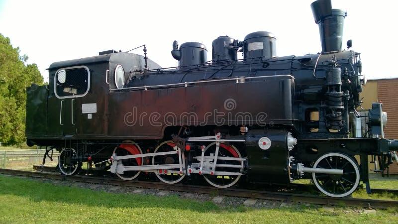 Ångalokomotiv med vita hjul Retro lokomotiv på stänger svart lokomotiv royaltyfri bild
