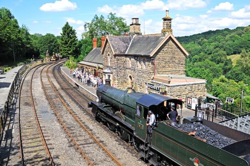 Ångalokomotiv på järnvägsstationen, Highley royaltyfri bild